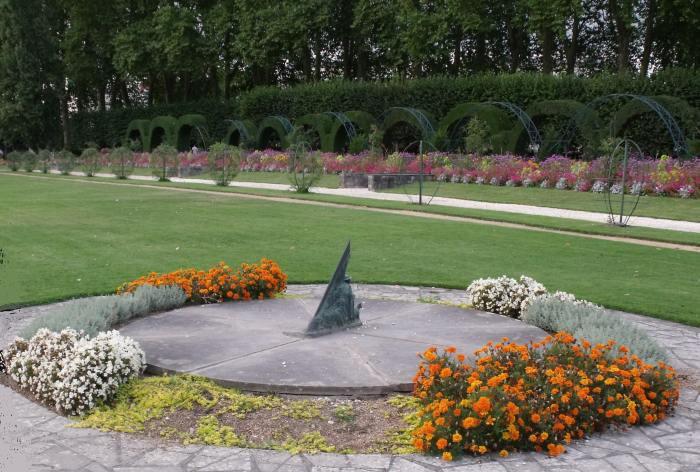 Cadrans solaires du cher ville de bourges 18 for Le jardin des fleurs bourges